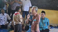 Gubernur Jawa Tengah, Ganjar Pranowo berbincang dengan anak SD ketika berkunjung ke Cilacap. (Foto: Liputan6.com/Muhamad Ridlo)