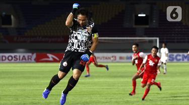 Selebrasi Andritany dan sejumlah pemain Persija Jakarta usai memenangkan adu penalti dalam pertandingan semifinal leg kedua Piala Menpora 2021 melawan PSM Makassar di Stadion Manahan, Solo, Minggu (18/4/2021). (Bola.com/Ikhwan Yanuar)