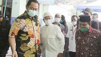 Wali Kota Semarang, Hendrar Prihadi mengunjungi dapur umum yang yang berlokasi di Sekolah Dasar Muhammadiyah 1, Lamper Kidul, Semarang Selatan.