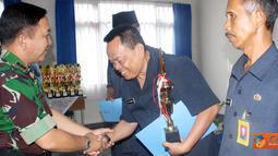 Citizen6, Subang: Setelah mengalami penyisihan semala dua hari akhirnya Kafilah MTQ dari Lanud Pekanbaru, Riau berhasil menjadi juara umum dalam lomba MTQ Koopsau I. (Pengirim: Pentaksdm)