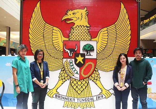 Liza Marielly Djaprie (baju hijau) dan Rizka Sucianty Gunawa di depan Garuda Pancasila yang terbuat dari 3.500 keping LEGO/LEGO Indonesia / copyright redaksi vemale/zika