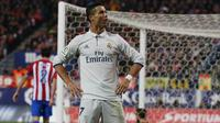 Gaya Cristiano Ronaldo usai mencetak gol kegawang Atletico Madrid pada Liga La Liga Spanyol di Vicente Calderon Stadium, Madrid, Spanyol, (19/11).Berkat tiga gol di kandang Atletico, Ronaldo mengemas 18 gol di derby Madrid. (Reuters/Sergio Perez)