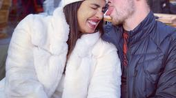 Kemesraan liburan Priyanka Chopra dan Nick Jonas bulan Desember tahun lalu (Liputan6.com/IG/@priyankachopra)