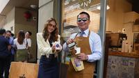 Gubernur Jabar Ridwan Kamil bersama Duta Anti Kekerasan Cinta Laura saat meluncurkan Jabarano Cafe di 555 Flinders Lane, Kota Melbourne