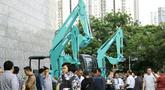 Pengunjung mengamati aneka alat berat yang dipajang dari produk Kobelco di Jakarta, Jumat (15/2). Pameran ini bertujuan untuk memenuhi kebutuhan sektor kehutanan, pertanian, pertambangan dan konstruksi di Indonesia. (Liputan6.com/Faizal Fanani)