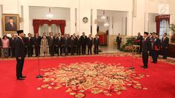 Presiden Joko Widodo (Jokowi) melantik Letjen Doni Monardo sebagai Kepala Badan Nasional Penanggulangan Bencana (BNPB) di Istana Negara, Rabu (9/1). Doni Monardo menggantikan Kepala BNPB sebelumnya, Willem Rampangilei. (Liputan6.com/Angga Yuniar)