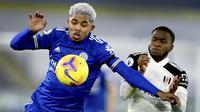 Bek Leicester City, Wesley Fofana berebut bola dengan penyerang Fulham, Ademola Lookman pada pekan 10 Liga Inggris 2020-2021 di Stadion King Power, Selasa (1/12/2020) dini hari WIB. Leicester City takluk 1-2 dari tamunya Fulham. (Michael Regan/Pool Photo via AP)
