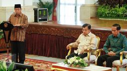 Ketua BPK Harry Azhar Azis memberikan paparan di Istana Negara, Jakarta, Senin (6/6/2016). Acara tersebut dalam rangka penyampaian Laporan Hasil Pemeriksaan atas Laporan Keuangan Pemerintah Pusat (LHP LKPP) Tahun 2015. (Liputan6.com/Faizal Fanani)