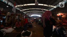 Para pedagang menjalankan aktivitas rutin jual beli sayur mayur di pasar Induk Kramat Jati, Jakarta, Rabu (7/4/2021).  Semua bahan pangan seperti cabai dan bawang akan stabil jelang puasa Ramadan dan Lebaran Idul Fitri 2021. (merdeka.com/Imam Buhori)