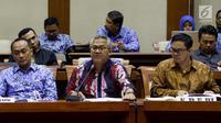 Ketua KPU Arief Budiman (tengah) saat menggelar rapat di Kompleks Parlemen, Senayan, Jakarta, Senin (21/5). Rapat itu membahas pemasalahan terkait Daftar Pemilih Tetap dan Daftar Pemilih Sementara (DPT dan DPS) dalam Pilkada 2018.(Liputan6.com/JohanTallo)