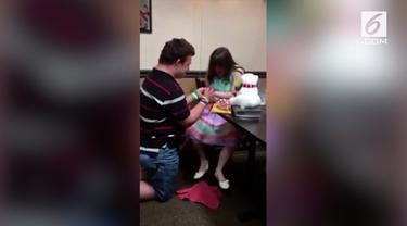Di tengah keterbatasan, video lamaran Danny kepada Ashley mampu membuat warganet terharu.