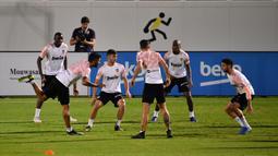 Para pemain Valencia saat mengikuti sesi latihan tim di King Abdullah Sport City di kota pelabuhan Arab Saudi, Jeddah (7/1/2020). Valencia akan bertanding melawan Real Madrid pada semifinal Piala Super Spanyol pada Kamis (9/1/2020) dini hari WIB. (AFP/Giuseppe Cacace)