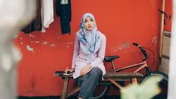 Selanjutnya ada Tika Bravani yang juga telah mantap berhijab sebelum Ramadan 2018 tiba. Tika begitu pandai memadukan hijab dan busana yang dipakai sehingga membuat dirinya tampak modis dan santun. (Instagram/tikabravani)