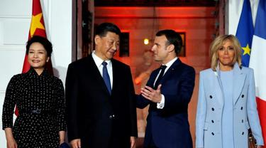 Presiden China Xin Jinping (kedua dari kiri) dan Presiden Prancis Emmanuel Macron (kedua dari kanan) bertemu di Paris (AFP/Jean-Paul Pellisier)
