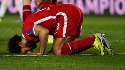 Mohamed Salah. Gelandang Liverpool asal Mesir ini kerap menunjukkan sisi ketaatannya sebagai muslim dengan melakukan selebrasi bersujud usai mencetak gol. Ia juga konsisten menjalankan ibadah puasa di bulan Ramadan meski tengah melakoni laga di siang hari. (AFP/Gabriel Bouys)