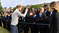 Pangeran Harry menemui sejumlah anak sekolah Lealands High School di Luton, tenggara Bedfordshire, pada 12 September 2019. (dok. Foto Arthur Edwards / POOL / AFP)