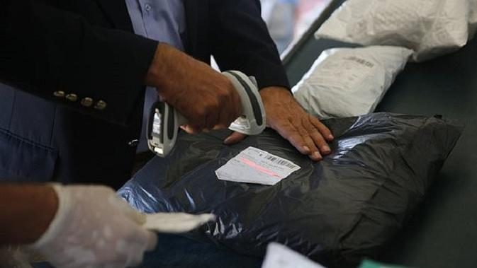 Petugas dari Kantor Pos di Kota Jericho, Tepi Barat, Palestina, sedang mensortir 10 ton surat yang ditahan Israel selama 8 tahun. Mereka mulai menjalankan tugas sejak Minggu, 19 Agustus 2018. (AP Photo / Nasser Shiyoukhi)