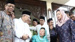 Cawapres nomor urut 01 Ma'ruf Amin (dua kiri) bersama istri Gus Dur, Sinta Nuriyah dan mantan ketua MK Mahfud MD (kiri) serta Yenny Wahid usai menggelar pertemuan di Ciganjur, Jakarta, Rabu (26/9). (Liputan6.com/Herman Zakharia)