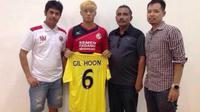 Lee Gil-hoon, pemain rekrutan terbaru Semen Padang asal Korsel menggunakan nomor punggung 6 di tim Kabau Sirah. (Bola.com/Arya Sikumbang)