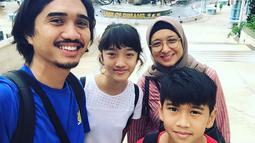 Vokalis band satu ini juga jauh dari gosip dalam hal keluarga. Duta sebagai vokalis band Sheila on 7 ini sering kali terlihat menghabiskan liburan bersama keluarganya dalam postingan akun Instagram. (Liputan6.com/duta507)