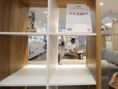Pengunjung memperhatikan beragam furniture bergaya minimalis di gerai JYSK Indonesia di Bellevue Mall, Depok, Jawa Barat, Senin (19/11). JYSK toko furniture pertama di Indonesia yang menawarkan gaya design minimalis dan bersih. (Merdeka.com/Arie Basuki)