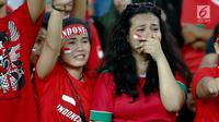 Ekspresi kesedihan suporter usai Timnas U-22 Indonesia dikalahkan Malaysia dalam laga semifinal Sea Games 2017 di Stadion Shah Alam, Sabtu (26/8). Indonesia kalah dengan Malaysia dengan skor 1-0. (Liputan6.com/Faizal Fanani)