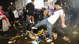 Fans yang tak terima kekalalahan tim kebanggaanya kalah pun meluapkan kekecewaanya dengan merusak fasilitas umum dan membuang sampah sembarangan. (Foto:AP/Victoria Jones)