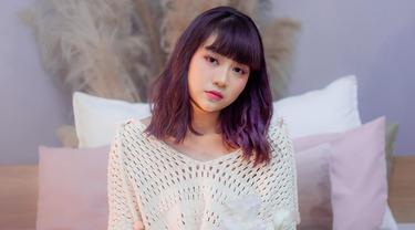 Tak hanya warna netral, pelantun lagu Rinduku ini sempat mengganti warna rambutnya dengan warna yang nyentrik yaitu ungu. Penampilannya terlihat elegan. (Liputan6.com/IG/@gheaindrawari)