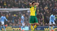 Pemain Norwich City, Timm Klose gagal mencetak gol saat melawan Manchester City pada lanjutan liga Inggris pekan ke-30 di Stadion Carrow Road, Norwich, Sabtu (12/3/2016). (AFP/Lindsey Parnaby)