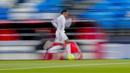 Pemain Real Madrid, Eder Militao, menggiring bola saat melawan Sevilla pada laga Liga Spanyol di Stadion Alfredo di Stefano, Minggu (10/5/2021). Kedua tim bermain imbang 2-2. (AP/Manu Fernandez)