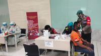 Kemenhub mengadakan program vaksinasi Covid-19 secara gratis kepada para petugas pelayanan transportasi publik termasuk para pelaut di Pelabuhan Tanjung Priok, Jakarta mulai tanggal 10 sampai dengan 18 Juni 2021. (Dok Kemenhub)