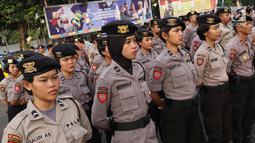 Personel polisi menggelar apel pasukan pengamanan malam takbiran di halaman Ditlantas Polda Metro Jaya, Jakarta, Kamis (14/6). Sekitar 5.000 personel  akan mengamankan malam takbiran dan salat Idul Fitri di Ibu Kota. (Liputan6.com/Immanuel Antonius)