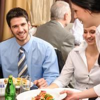 Ingin tahu kepribadian seseorang? Lihat saja dari sikapnya ke pelayan. (Sumber foto: vemale.com)