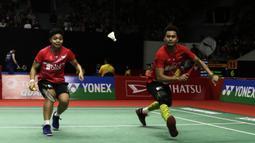 Ganda campuran Indonesia, Tontowi Ahmad/Apriyani Rahayu, saat menghadapi ganda Inggris Chris Adcock/Gabrielle Adcock pada laga Indonesia Masters 2020 di Istora, Jakarta, Kamis (16/1). Tontowi/Apriyani kalah 9-21, 12-21. (Bola.com/Yoppy Renato)