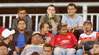 Pelatih Timnas Indonesia, Simon McMenemy menyakasikan duel Madura United melawan Cilegon United di Stadion Gelora Ratu Pamelingan, Pamekasan, Selasa (29/1/2019) malam. (Bola.com/Aditya Wany)