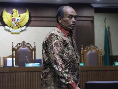 Terdakwa korupsi komisi kegiatan fiktif agen PT Asuransi Jasindo dalam pengadaan asuransi BP Migas-KKKS 2010-2012 dan 2012-2014, Budi Tjahjono saat jeda sidang putusan di Pengadilan Tipikor, Jakarta, Rabu (10/4). Hakim menyatakan Budi Tjahjono terbukti bersalah. (Liputan6.com/Helmi Fithriansyah)