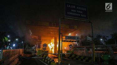 Gardu Tol Pejompongan 1 dibakar massa saat demonstrasi mahasiswa di depan Gedung DPR/MPR, Jakarta, Selasa (24/9/2019). Demonstrasi mahasiswa berujung ricuh, polisi menembakkan gas air mata dan water cannon untuk membubarkan demo. (Liputan6.com/Faisal Fanani)