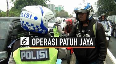 Seorang pengendera sepeda motor nyaris berkelahi dengan polisi saat razia dalam rangkaian operasi Patuh Jaya 2019.