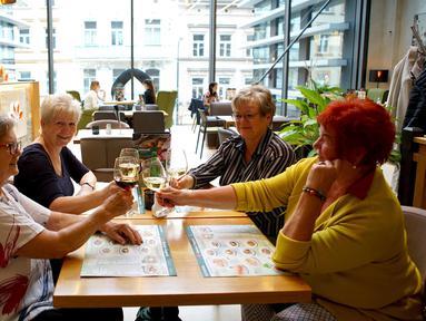 Orang-orang bersulang di sebuah restoran di Praha, Republik Ceko (25/5/2020). Republik Ceko pada Senin (25/5) mencabut lebih banyak pembatasan, termasuk pembatasan operasional hotel, kolam renang, kastel dan chateau, serta area dalam ruangan di restoran. (Xinhua/Dana Kesnerova)