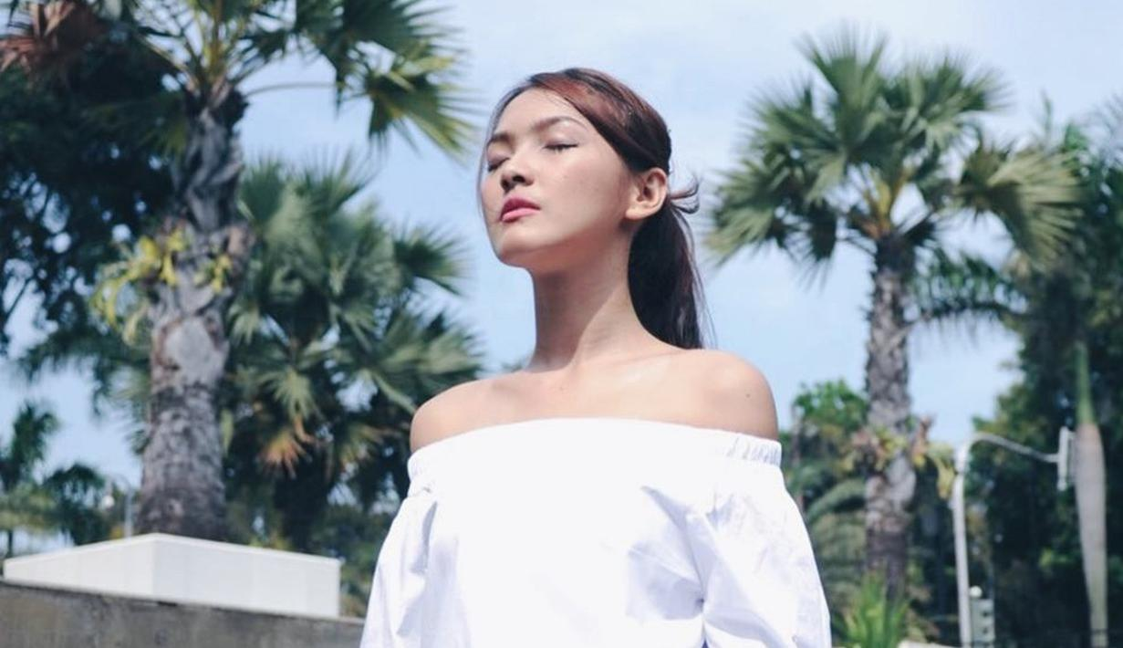 Wanita kelahiran 1992 tampil manis dengan blouse putih dengan model off shoulder. Gayanya kian memesona dengan riasan natural, penampilan Ana Riana semakin cantik. (Liputan6.com/IG/@anariana27)