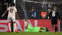 Striker Manchester United Marcus Rashford (kiri) sukses mengeksekusi penalti pada laga Liga Champions melawan Paris Saint-Germain di Parc des Princes, Kamis (7/3/2019) dini hari WIB. (AFP/Frank Fife)