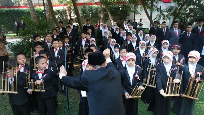 Para siswa SIC memainkan alat musik tradisional asal Jawa Barat, angklung. (KBRI Kairo)