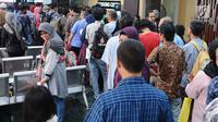 Warga mengantri  untuk mendaftar  mudik gratis di Kantor Kemenhub, Jakarta, Senin (25/03). Pendaftaran mudik gratis  sudah mulai dibuka pada Rabu (20/3), Pendaftaran akan ditutup apabila kuota  terpenuhi, warga harus mendaftar online di laman mudikgratis.dephub.go.id.Liputan6.com/ Herman Zakharia