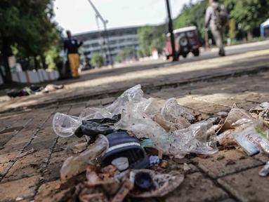 Sampah terlihat di area Stadion Utama Gelora Bung Karno setelah laga Final Piala Presiden 2018, Jakarta, Minggu (18/2). Kebanyakan sampah yang ada adalah bungkus makanan dan botol minuman yang dibiarkan tercecer begitu saja. (Liputan6.com/Faizal Fanani)