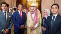 Presiden Joko Widodo atau Jokowi dan keluarga berfoto bersama Raja Salman bin Abdulaziz. (dok Biro Setpres)