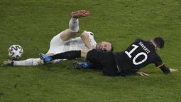 Bek Islandia, Sverrir Ingason (kiri) dan gelandang Jerman, Kai Havertz berebut bola pada pertandingan kualifikasi Piala Dunia 2022 Zona Eropa Grup J di Duisburg, Jumat (26/3/2021) dinihari WIB. Jerman berhasil melumat Islandia dengan skor 3-0. (Tobias SCHWARZ / AFP / POOL)lip