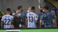 Pemain Argentina masuk kamar ganti yang membuat laga kualifikasi Piala Dunia 2022 melawan Brasil ditunda. (AFP/Nelson Almeida)