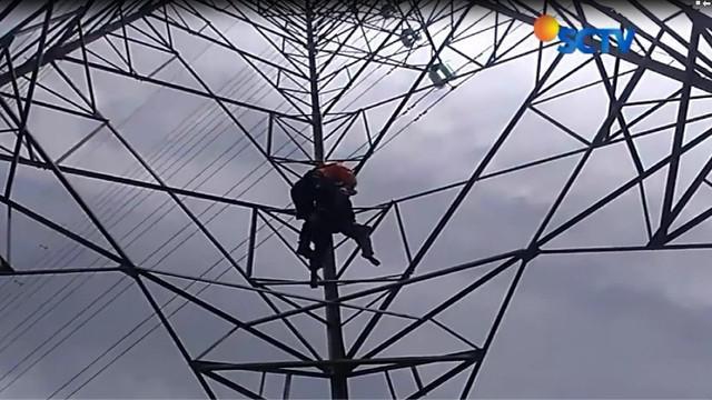 Pacar tidak mau bertanggung jawab, wanita muda yang tengah hamil coba bunuh diri dengan memanjat tower sutet.