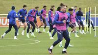 Gelandang Inggris, Kalvin Phillips melakukan peregangan selama sesi latihan di St George's Park, Burton upon Trent, Inggris, Senin (28/6/2021). Inggris akan bertanding melawan Jerman pada babak 16 besar Euro 2021 di Stadion Wembley. (AP Photo/Rui Vieira)