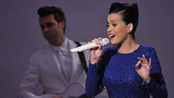 """Mantan istri Russell Brand itu menyanyikan lagu """"Roar"""" di konser perayaan  ajang Special Olympics di Gedung Putih, Washington, Kamis (31/7/14). (AFP PHOTO/Mandel NGAN)"""